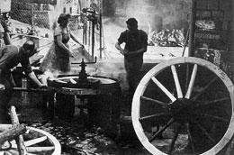 Beim Reifenaufziehen auf Holzräder