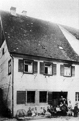"""Vor """"Schmiedhannesa""""-Haus im Schömberger-Gässle (heute Gauthierstraße)"""