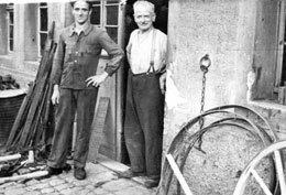 """Die Schmiedemeister Philipp Bott sen. und Philipp Bott jr. vor   ihrer Schmiede im """"Schömberger-Gässle"""""""