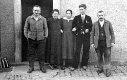 Von links: Schmiedemeister Philipp Bott sen. und seine Nachbarn   Proß, 2. von links, Leichenfrau mit Familie